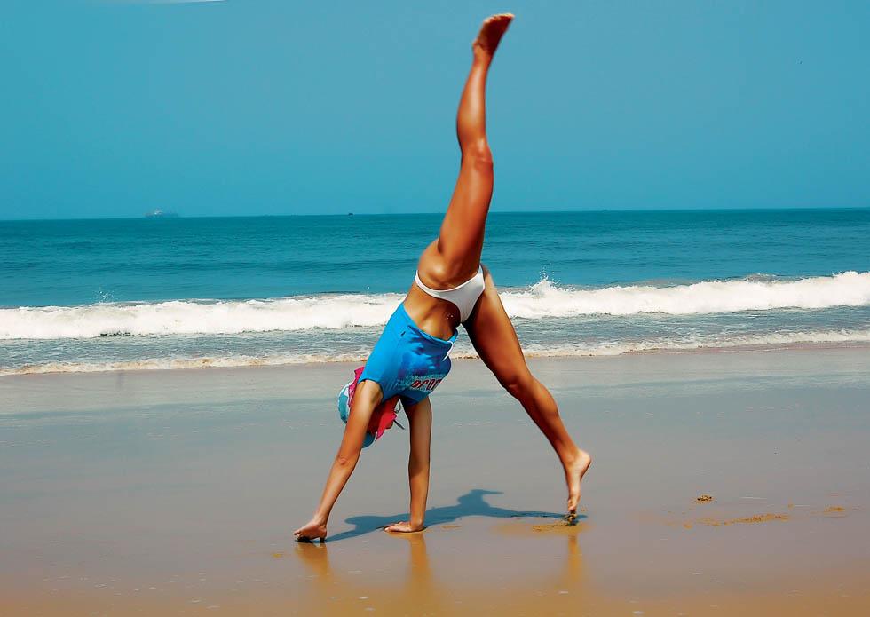 Фото девочек гимнасток на пляже 2 фотография